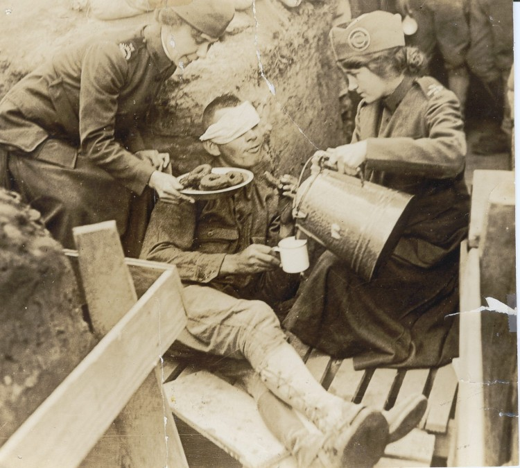 ww-1-wounded-soldier-and-doughnut-girls